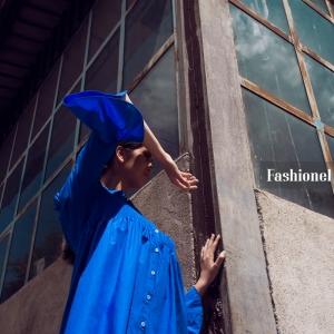 Тренд аларм: Сина кошула со откриени рамена за долги сончеви денови | Fashionel