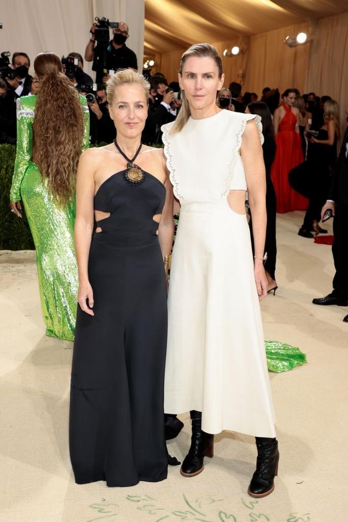 Џилијан Андерсон со дизајнерката Габриела Херст во нејзина креација