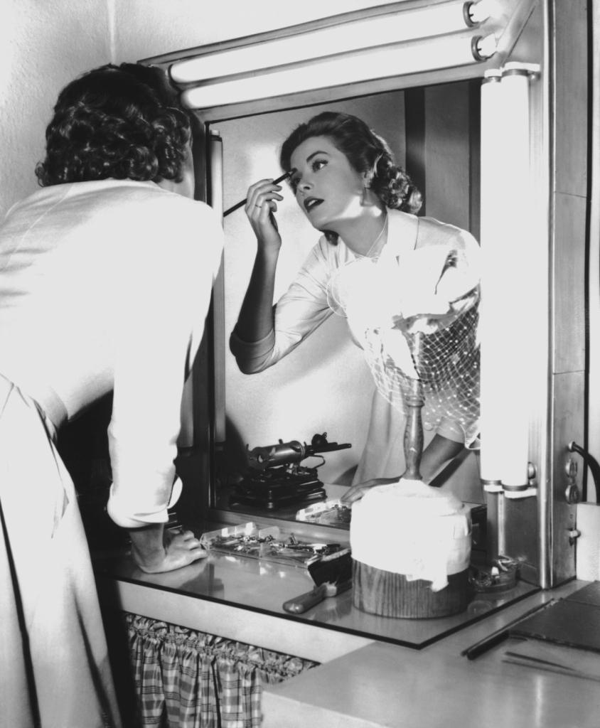 1954 - Грејс Кели додека се шминка