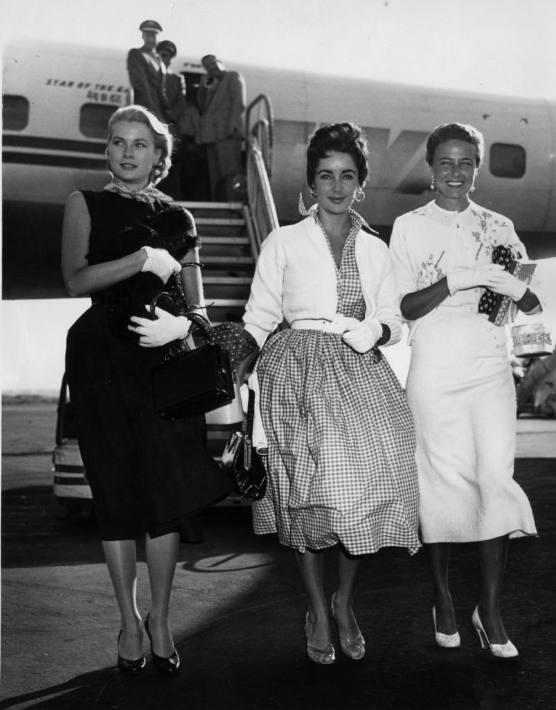 1955 - пристигнување на аеродромот во Њујорк со Елизабет Тејлор и Лореин Деј