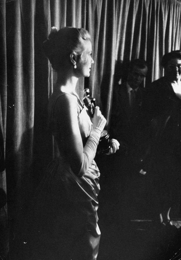 1955 - 30 март, зад сцената на Оскарите, држејќи го Оскарот за најдобра актерка