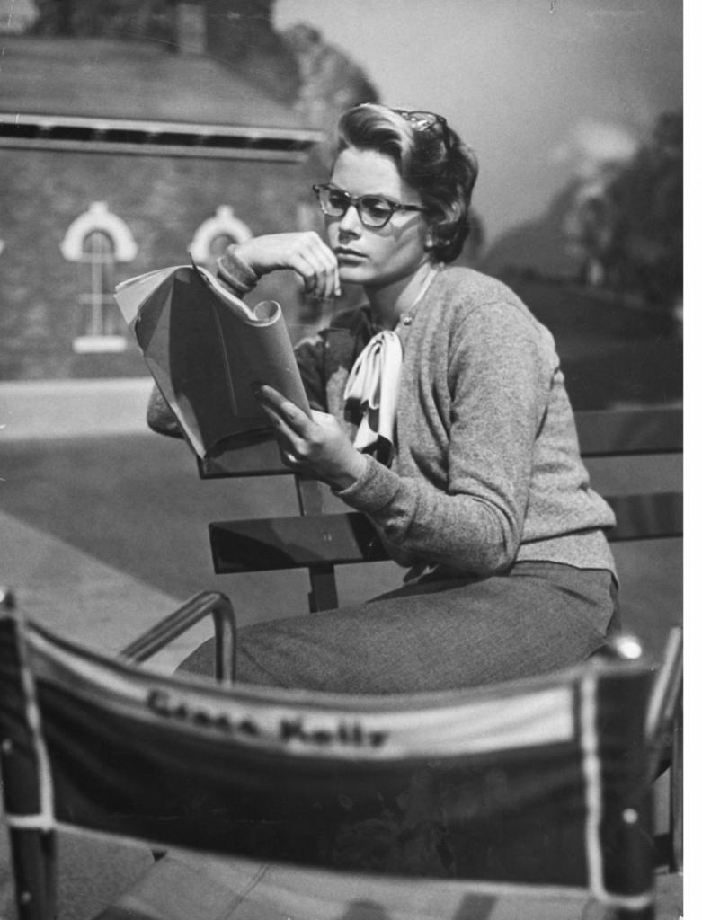 1950 – 1 април, на сет на The Country Girl, читајќи ја скриптата