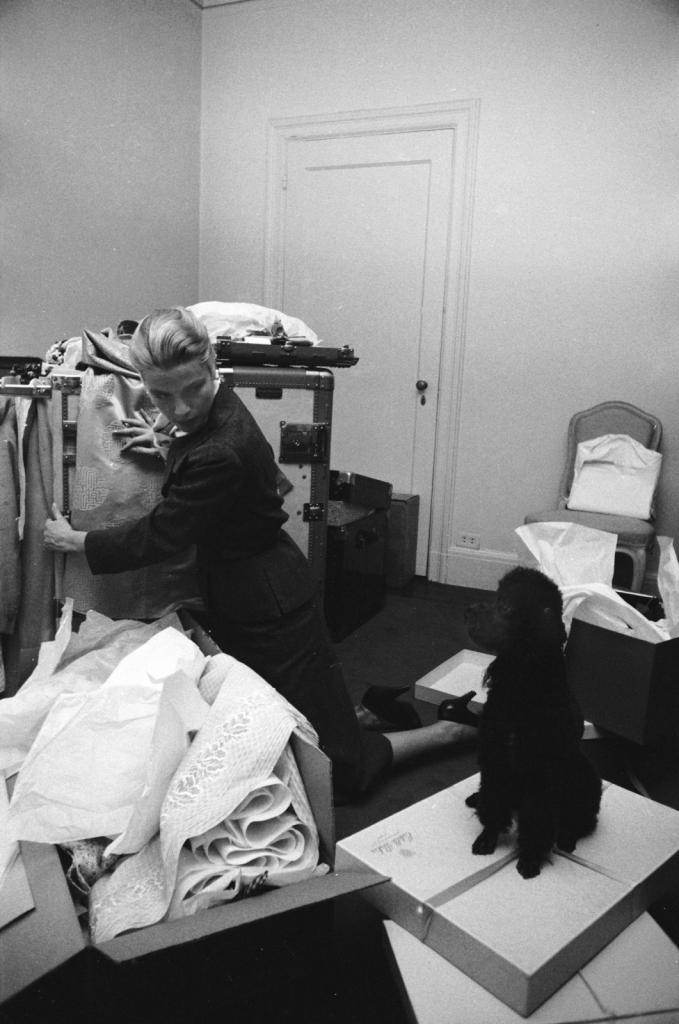 1956 - март, Грејс Кели како се пакува