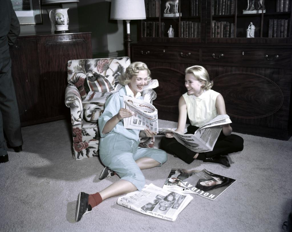1954 - Грејс Кели со пријателка