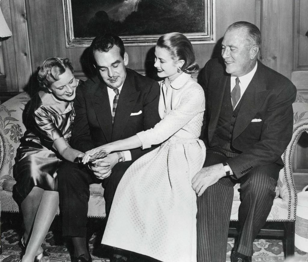 1965 - 10 јануари, Грејс го покажува веренечкиот прстен на родителите