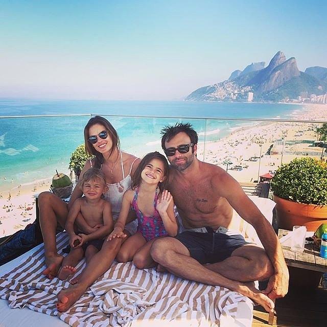 Алесандра Амбросио со семејството ужива во Бразил