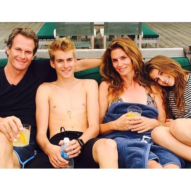 Синди Крафорд со семејството на одмор покрај езеро