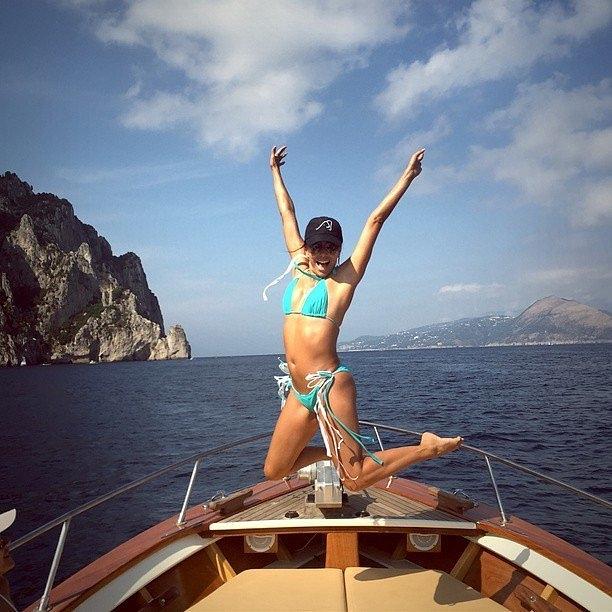 Ева Лонгорија на јахта на Капри