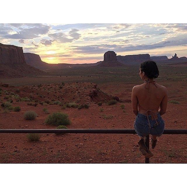 Ванеса Хадџенс ужива во зајдисонцето во Аризона