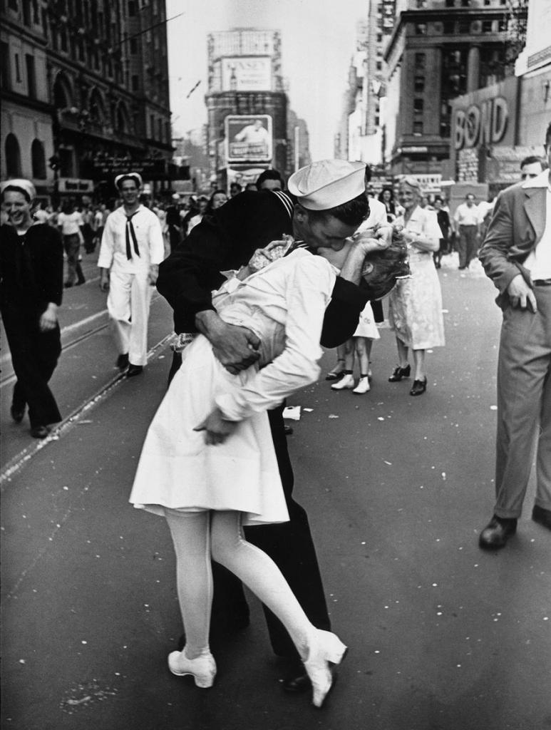 легендарниот бакнеж за крај на ВСВ во Њујорк, 1945