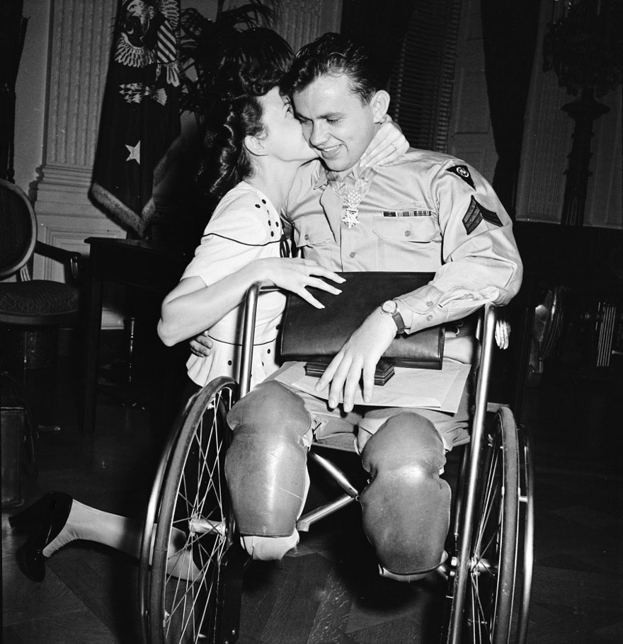 Џин Мур го бакнува свршеникот, воен ветеран Ралф Непер, 1945