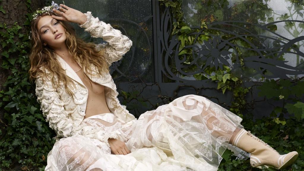 Dior Haute Couture јакна и здолниште; Fendi чизми;