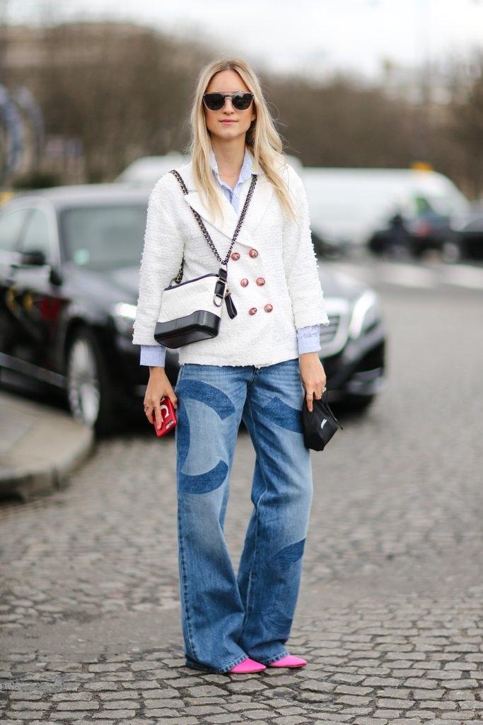 Блејзер во комбинација со џинс и рамни обувки