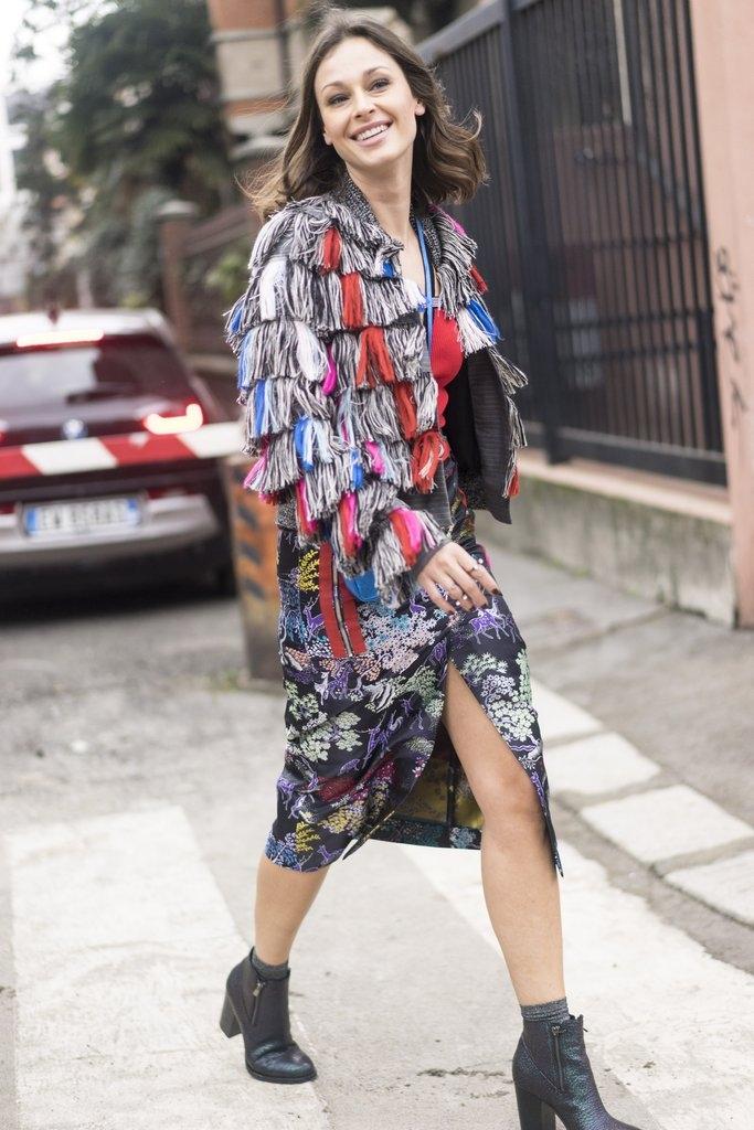 Впечатлива јакна во разни бои и здолниште со принт