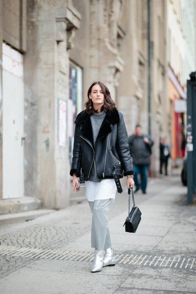 Кожена јакна и топли широки панталони