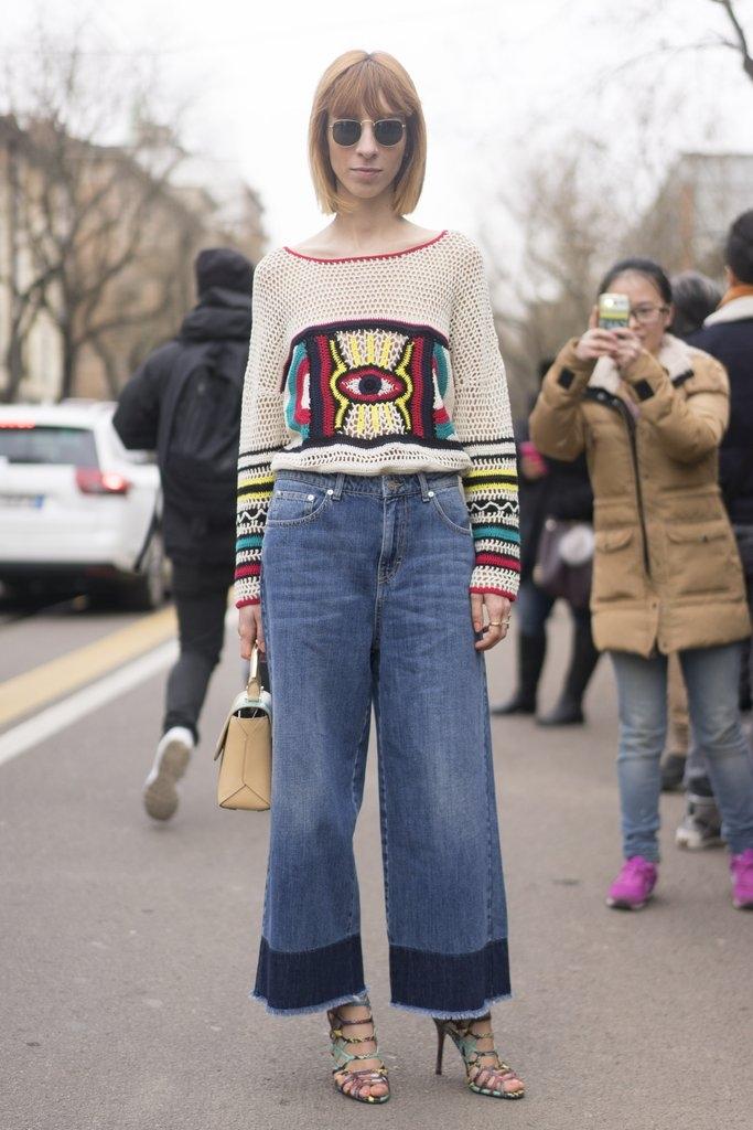 Џемпер со апликација комбиниран со џинс и сандали