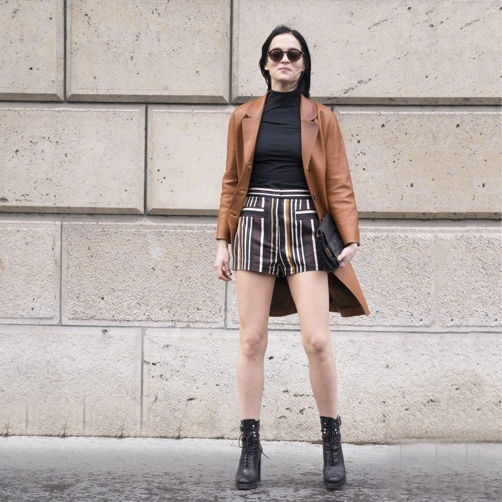 Кожено долго палто во комбинација со краток шорц - ретро + модерно