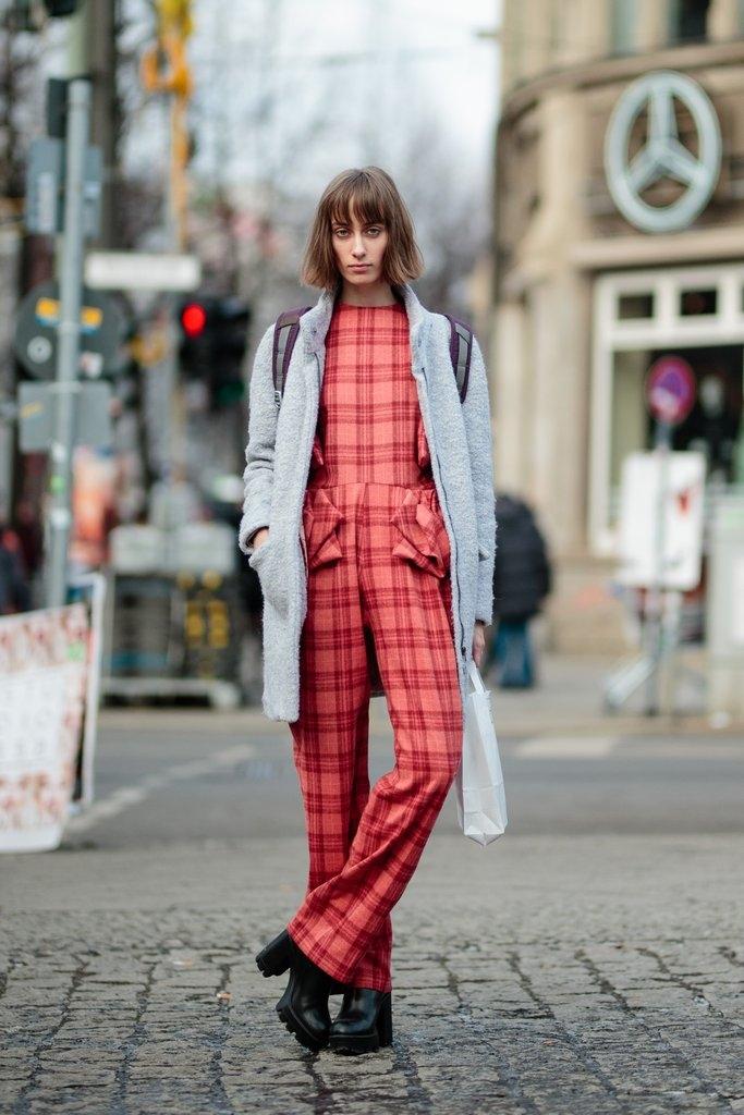 Комбинезон во интересен дезен и класично палто/мантил