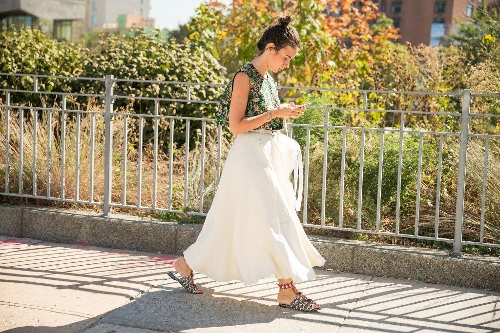 Едноставно здолниште и блуза со принт заедно со рамни сандали