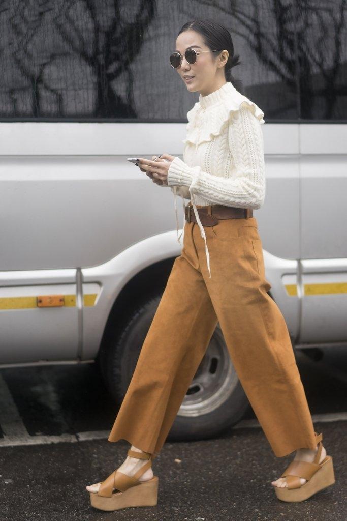 Бохо комбинација со рамни панталони и џемпер