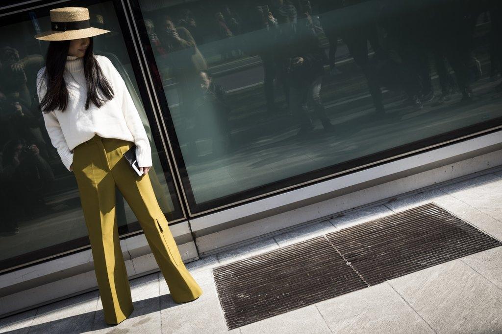 Панталони со широки ногавици, џемпер и шешир