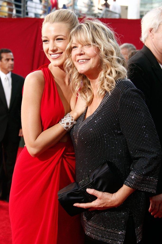 Блејк Лајвли со  мајката Илејн
