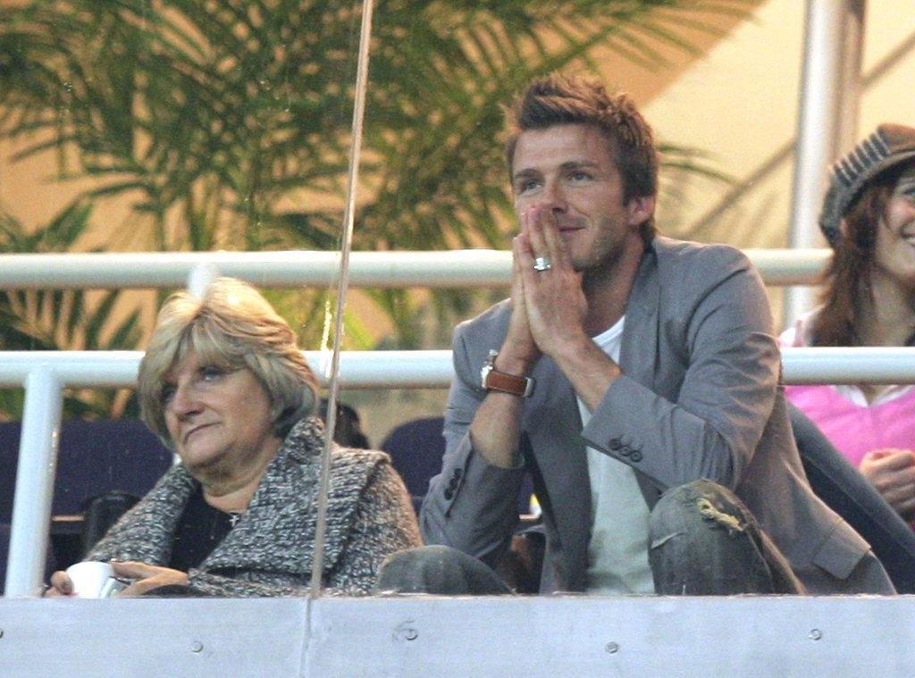 Дејвид Бекам со мајката Сандра