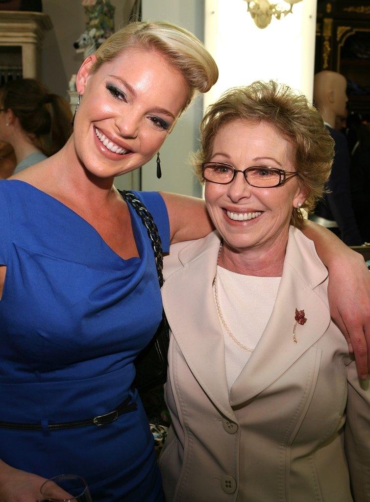 Кетрин Хајгел со мајката Ненси