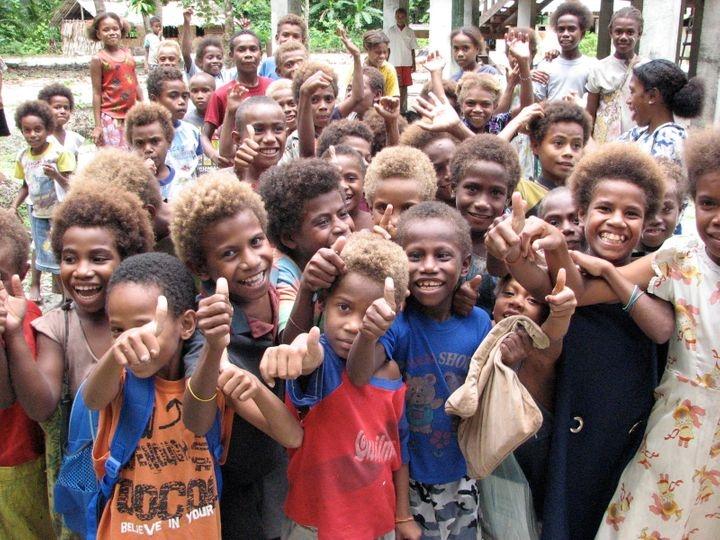 Момчиња од Папуа Нова Гвинеа со темен тен и руса коса