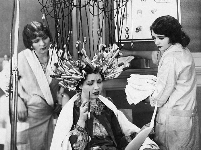 Процесот на правење трајна фризура изгледал вака во 1929 година, Германија