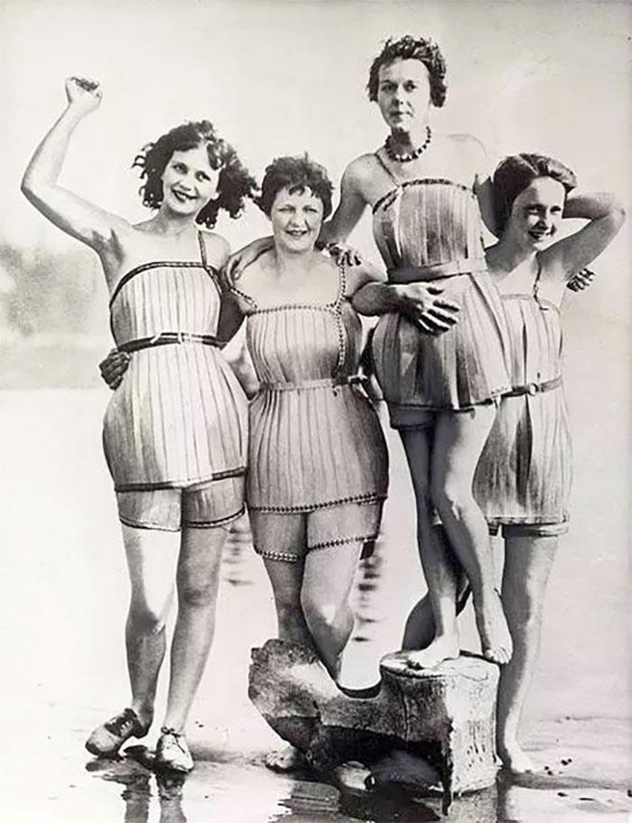 Дрвени костими за капење (1929) - не изгледаат удобно, но биле мошне популарни