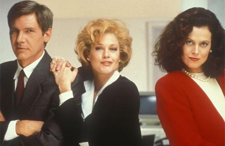 """Мелани Грифит и Сигурни Вивер во сцена од """"Вработена девојка"""", филмот кој го промовираше стилот на моќна деловна жена"""