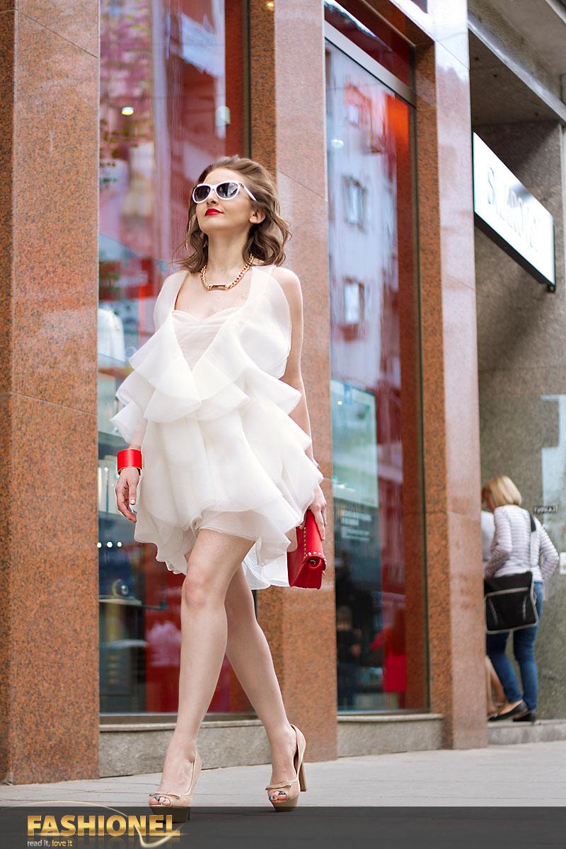 Фустан ЕЛЕНА ЛУКА, чевли ЕЛЕНА ЛУКА, ѓердан MANGO, 1.590 ден., чанта MANGO, 1.490 ден., алка MANGO, 990 ден.