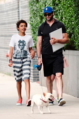 Хуј Џекмен со синот Оскар и кучето Доли, фофографирани во Њујорк 9-ти јуни