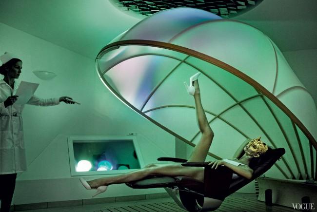 Карли фотограрирана од Марио Тестино