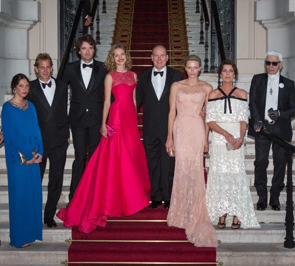 Татјана Санто Доминго, Андреја Казираги, Антуан Арно, Наталија Водјанова, принцот Алберт, принцезата Шарлен, принцезата Каролина и Карл Лагерфелд