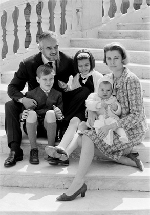 Семеен портрет Принцот Раниер, Грејс Кели и нивните деца Каролина, Алберто и Стефанија