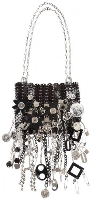 9.Пако Рабан - Le69 Iconic Оваа мала, црна чанта украсена со впечатливи сребрени приврзоци ја обожуваат бројни ѕвезди. Нејзината цена на пазарот изнесува 7.560 евра.