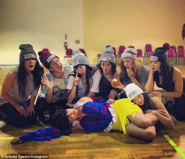 Бритни Спирс со нејзината танчерска група