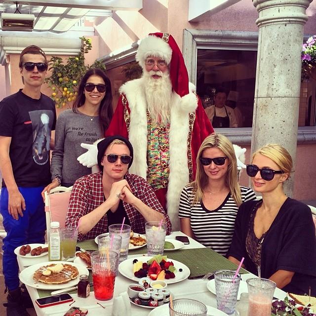 Парис Хилтон Божиќ го прослави во Беверли Хилс заедно со својата сестра и браќата.