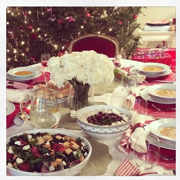Миранда Кер на Инстаграм се пофали со Божиќната трпеза. Се гледа дека цело е кога има се.