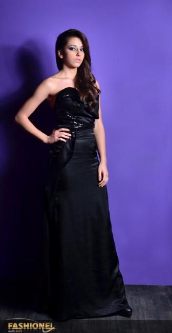 Модната куќа Елена Лука се претстави со фустан во црна боја кој има мошне специфичен крој. Станува збор за вечерна тоалета која е комбинација од кроен дел и нагласен мулаж момент, кои се главни карактеристики на стилот на оваа модна куќа