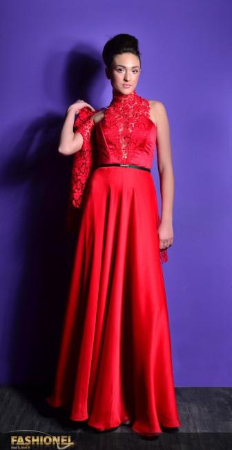 Ристовска: Ја одбрав црвената боја и долг вечерен фустан. Инспирацијата ми е од се сто е поврзано со новата година и празниците и како асоцијација на најубавото цвеќе од овој период на годината Божикното дрво, кое буди убава топлина во нашите сетила и е во бојата на љубовта.