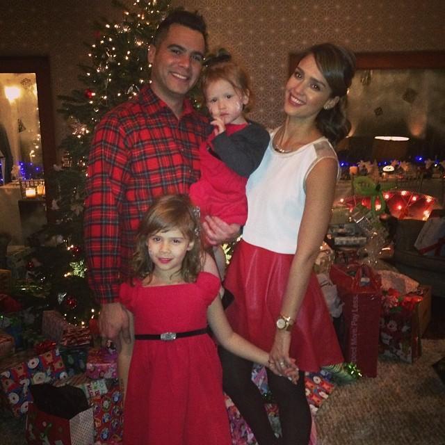 Џесика Алба Божиќ го дочека во кругот на своите најмили, ќерките Хевен и Онор и нејзиниот сопруг.