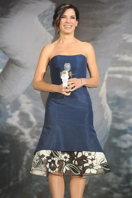 """Сандра Булок во Каролина Херера на премирата на """"Gravity"""" во хонг Конг"""