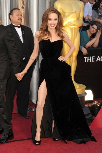 Анџелина Џоли беше мета на медиумите по нејзиното појавување на Оскарите 2012 во тоалета со висок пшлиц на Версаче