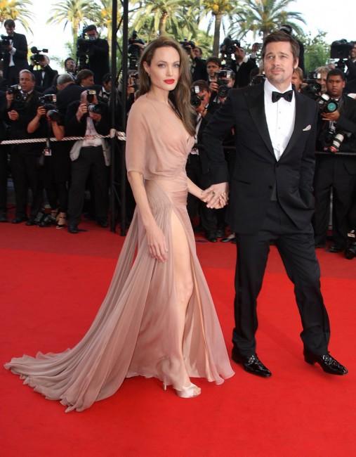 Анџелина Џоли носи елегантна траспарентна тоалета на Версаче