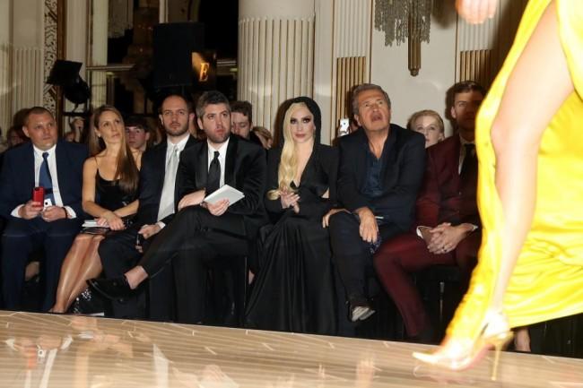 Марио Тестино, моделот Карин Фери, актерите Алан Ритчсоном и  Нолан Жерар Фанк и Лејди Гага во првиот ред на Версаче