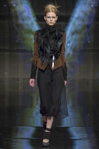 (Дона Каран) Двоколорна комбинација од црно транспарентно здолниште и кафеаво струкирано сако