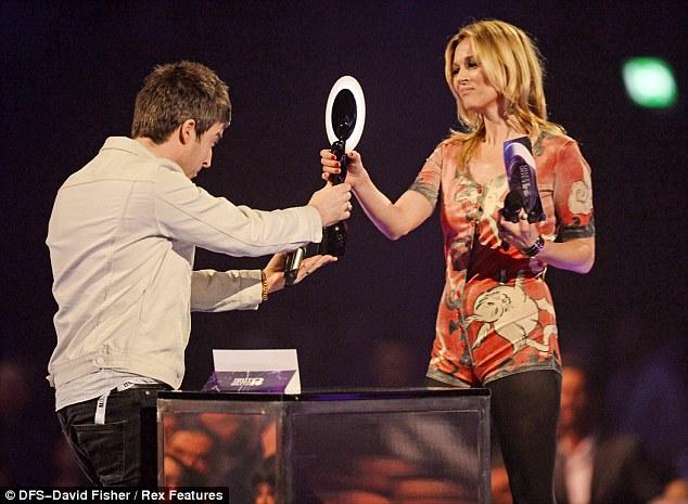 Кејт Мос ја врачува наградата на Дејвид Боуви за најдобар машки изведувач